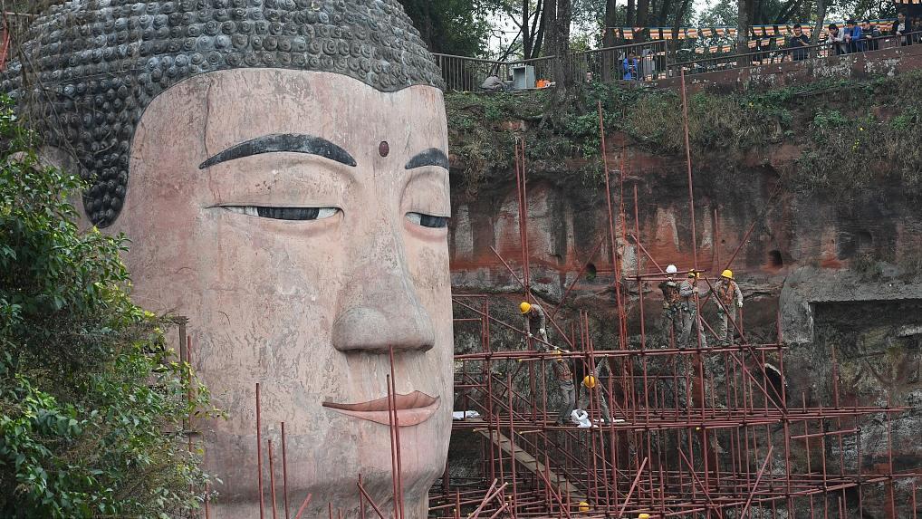 Tu sửa cơ mặt cho bức tượng Phật khổng lồ Leshan sắp hoàn thành