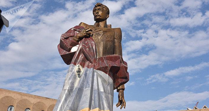 Bức tượng của Aram Manukyan kiến trúc Yerevan đã hoàn thành