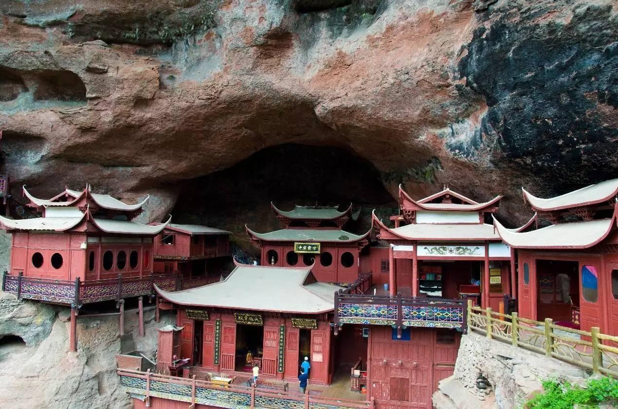 Ngôi chùa nghìn năm tuổi trong hang, phần đầu tượng Phật bị người dân đập phá, và nó gần như bị phá hủy.
