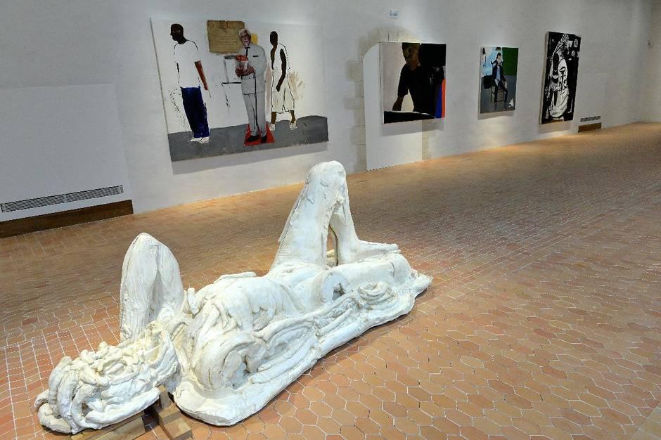 Những bức tượng của Thomas Houseago là tác phẩm đầu tiên mà khách tham quan khám phá trong triển lãm Thường vụ