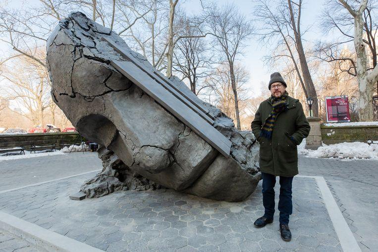 Một nghệ nhân tại cơ sở sản xuất tượng thạch cao ở Hà Lan làm một tác phẩm điêu khắc cao 4 mét ở Công viên Trung tâm.