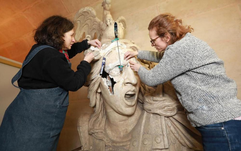 Sáu phụ nữ bắt tay vào sửa chữa các tác phẩm bị vỡ trong các cuộc biểu tình của Vest vàng vào ngày 1 tháng 12 tại Khải Hoàn Môn ở Paris