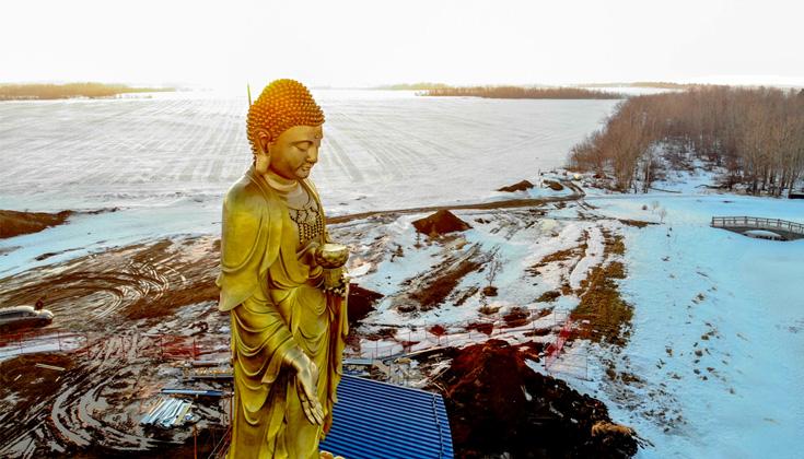 Tượng Phật cao 50 feet được dựng lên ở thảo nguyên Canada