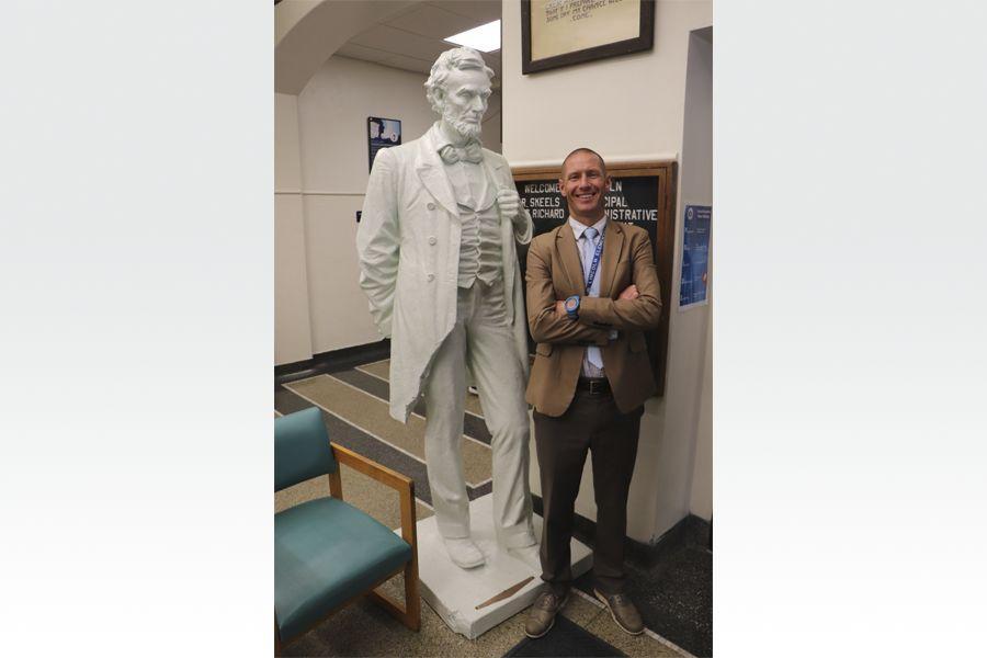 Trường học ở Adrian đang tìm kiếm quỹ để khôi phục bức tượng tổng thống