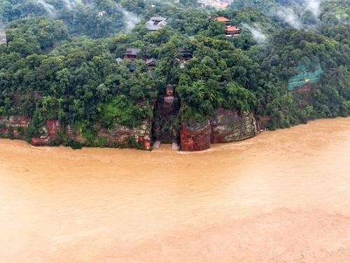 Nước lũ dâng cao tới ngón chân tượng phật khổng lồ Lạc Sơn