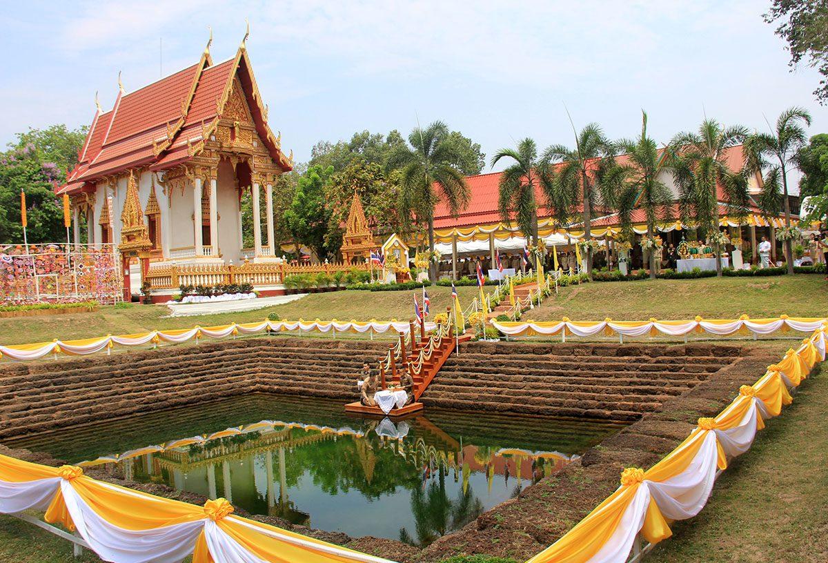 Người Khon Kaen sẵn sàng thực hành như thể thực hành nghi lễ hiến tế để lấy nước từ nước thánh
