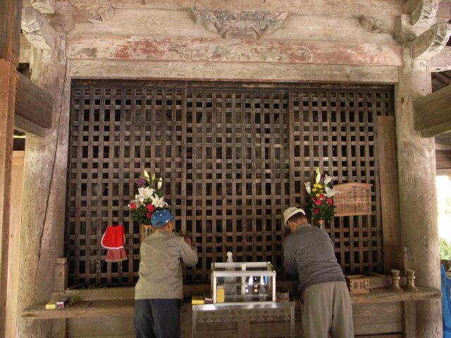 Những bức tượng Phật được lựa chọn cẩn thận từ nhiều nơi khác nhau ở Nhật Bản như Kyoto, Nara.