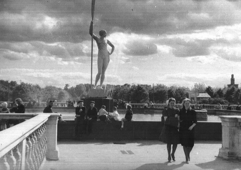 Bức tượng thạch cao Cô gái tạo dáng bên mái chèo: Tượng thời đại Xô Viết được phục hồi bằng in 3D
